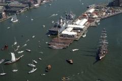 Sail Amsterdam 2000 HMS Amsterdam aan festival pier