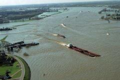 Zaltbommel Binnenvaart Duwvaart op de Waal 2001 lfh 010402069-035