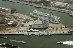 IJmuiden Felison Terminal Queen of Scandinavia Cruiseterminal met svitzer slepers 2002 lfh 020708037-047