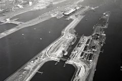 IJmuiden Sluizen midden en grote sluis tijdens renovatie middensluis 1994 lfh 9403105308-005