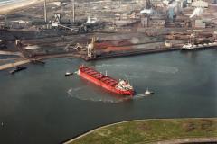 IJmuiden  Hoogovens buitenkades tanker draaien met sleepboten 1985 lfh 85042932 (1)