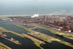 IJmuiden Sluizen Hoogovens richting zee  1988 lfh 88060320