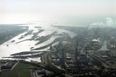 Velsen-Noord IJmuiden Hoogovens overzicht richting zee Pen centrale sluizen 1988 lfh 88071159
