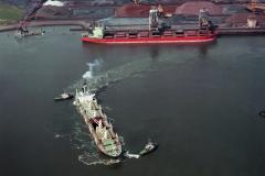 IJmuiden slpb Brabant en Utrecht zwaaien de Orchid buiten haven Hoogovens 1989 lfh 89042742