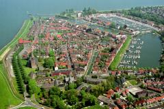 Medemblik overzicht centrum sint Martinus kerk Breedstraat jachthavens 1989 lfh 89051751