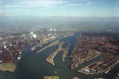 IJmuiden ,Velsen Overzicht, Sluizen ,Havens,Hoogovens,Noordzeekanaal richting Amsterdam 1990 lfh 90031404