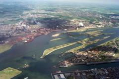 IJmuiden Hoogovens sluizen havens hoogoverzicht richting Noord-Oost 1990 lfh 90052215