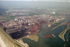 IJmuiden Hoogovens Sluizen Noordersluis Haven Buka 2 met zwaaiende tanker 1990 lfh 90052331