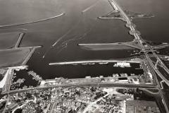 Wieringen haven met centrum en afsluitdijk  1990  lfh 9005234210-030