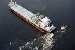 Velsen-noord Noordzeekanaal Velserterminal draaien Petrel Arrow door sleper Groningen  Goedkoop 1991 lfh 91032527
