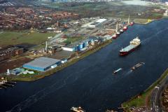 Velsen Noordzeekanaal  Crown van Gelder passage Petrel Arrow cellulose schip 1991 lfh 91032533