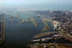 Velsen Noordzeekanaal overzicht sluizen Industrie Crown van Gelder Hoogovens richting zee 1991 lfh 91032725