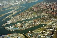 IJmuiden haven met sluizen complex en industrie Hoogovens en Cemij; 1995 lfh 95033102