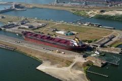IJmuiden Noordersluis met schip Noordzeekanaal sluizen 1995