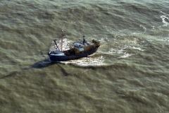 Wijk aan Zee Noordzee YE 31 Vissend voor de kust 1990 lfh 98020373-003