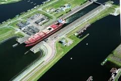 IJmuiden Henze uit de Noordersluis richting zee 1999 lfh 99072953-098